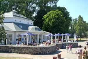 """In der historischen Strandhalle von Ueckermünde trifft man sich zu Kaffee und Kuchen - und anschließend geht es gleich wieder zurück ins Wasser. Foto: djd/Tourismusverein """"Stettiner Haff"""" e.V."""