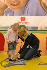 Kinderfüße wachsen schnell. Am besten überprüft man sie alle drei Monate mit einem verlässlichen Maßsystem wie dem WMS-Fußmessgerät. Foto: djd/Deichmann