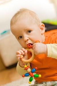 Spielzeug für Babys und Kleinkinder muss speichelfest und schadstoffrei sein - das garantiert zum Beispiel das GS-Siegel vom TüV. Foto: djd/windeltorte-exclusive.de/thx