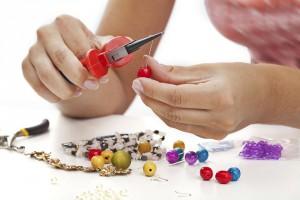 Aus witzigen Perlen und speziellen Schnüren wird im Handumdrehen eine individuelle Schnullerkette. Foto: djd/windeltorte-exclusive.de/thx
