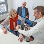 Vor allem ältere Autofahrer sollten regelmäßig beim Hausarzt oder bei einem Spezialisten einen Gesundheits-Check vornehmen lassen.Foto: djd/DVR