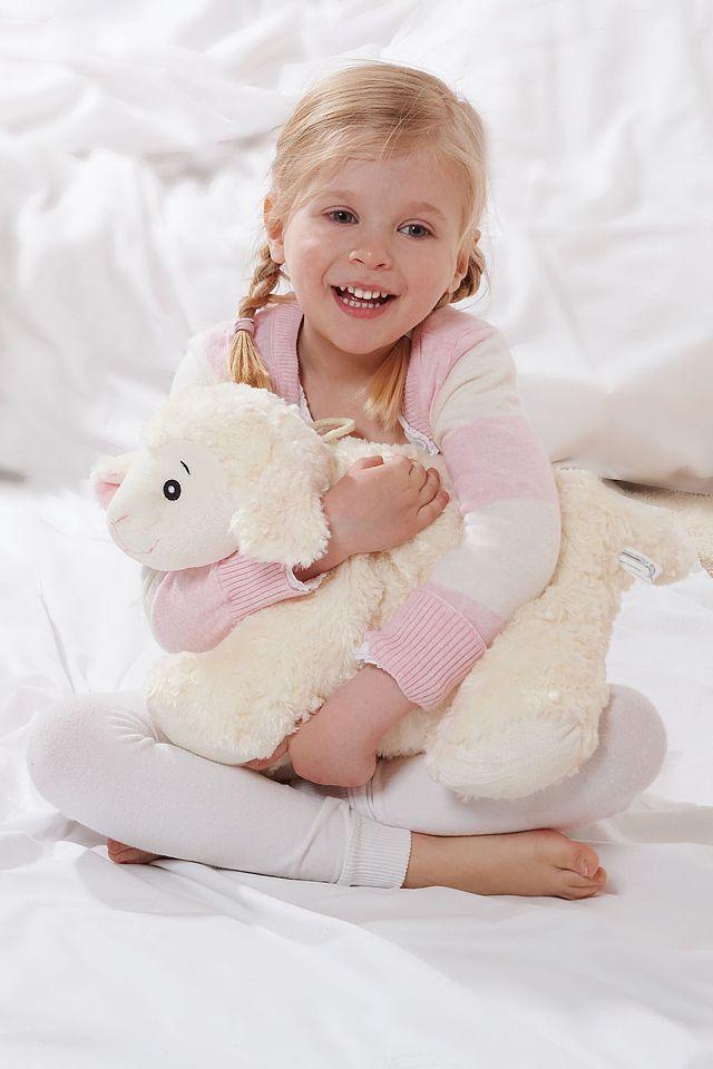 Ein besonderer Clou ist die Kinderwärmflasche, die sich mit einem Handgriff vom Kuschelkissen in ein kuscheliges Schaf verwandelt. Foto: djd/Hugo Frosch