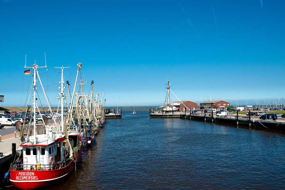 Im Hafen von Dornumersiel kann man an Bord gehen und Kurs auf die Ostfriesischen Inseln nehmen.Foto: djd/Tourismus GmbH Gemeinde Dornum