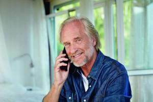 Immer mehr Hersteller bieten Smartphones speziell für Senioren an.Foto: djd/www.telekom.de
