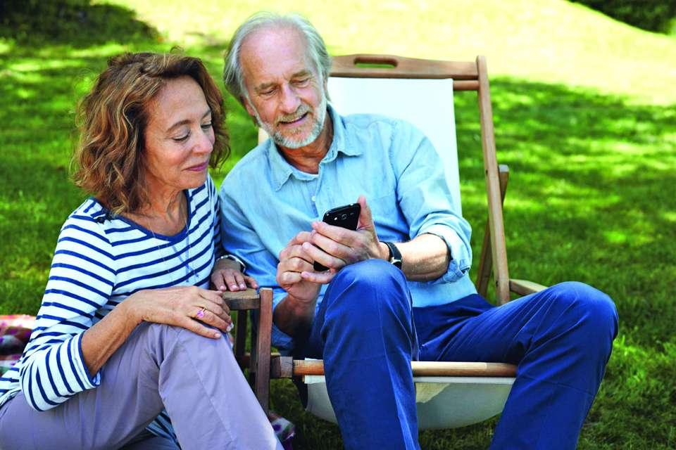 Das Smartphone als Alleskönner - auf seine vielen nützlichen Dienste möchten heute auch Senioren nicht verzichten.Foto: djd/www.telekom.de