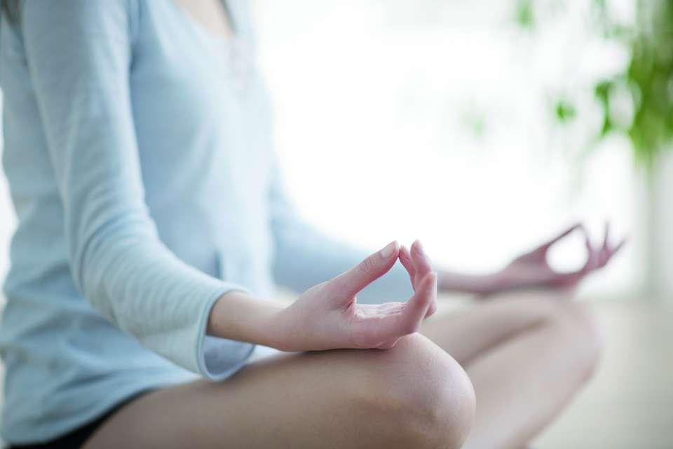 Mit Yoga zu tiefem Schlaf finden Foto: Ana Blazic Pavlovic/fotolia.com/akz-o