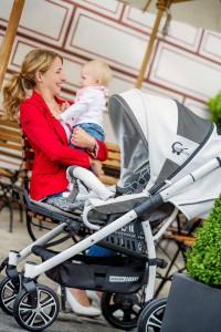 """Leichtgewicht: Die kleinen Packmaße und das geringe Gewicht des """"F4 Air+"""" sind ideal für aktive Eltern. Damit passt der Kinderwagen nicht nur in fast jeden Kofferraum, sondern erleichtert auch das tägliche Heben des Wagens. Foto: djd/Gesslein KG"""