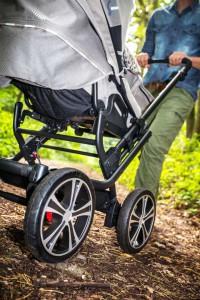 Je nach Verwendung können die Vorderräder mit nur einem Klick entfernt und etwa gegen robuste Outdoor-Räder ausgetauscht werden. Foto: djd/Gesslein KG