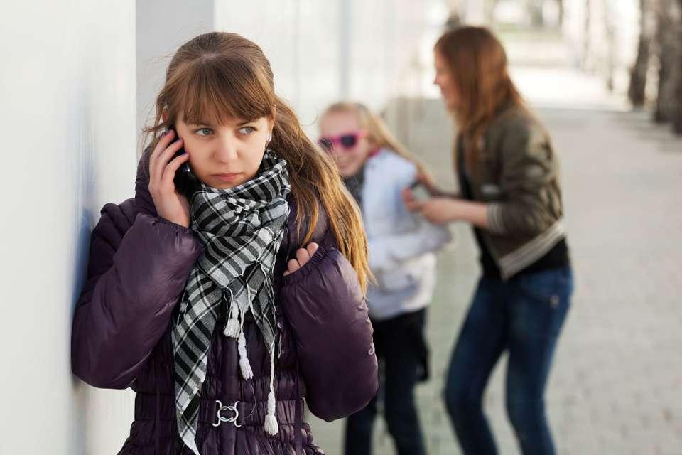 Schlechte Noten, Liebeskummer, Mobbing in der Schule: Bei vielen Problemen finden Kinder und Jugendliche Rat beim Sorgentelefon von Aktion Hilfe für Kinder. Foto: djd/Aktion HfK/istockphoto_a-wrangler
