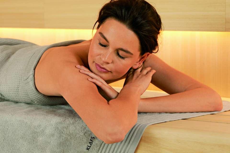 Die Seele baumeln lassen und wieder neue Kraft schöpfen – wo geht das besser als in der Sauna? Zahlreiche Studien belegen, dass sich Saunabaden ideal eignet, um ungesunden Stress abzubauen. Saunagänger sprechen davon, dass sich Belastungen wie in Luft auflösen. Foto: KLAFS GmbH & Co. KG/akz-o