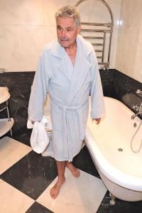 Für Senioren ist ein Sturz auf glatten Fliesen besonders gefährlich. Foto: djd/Supergrip Antirutsch