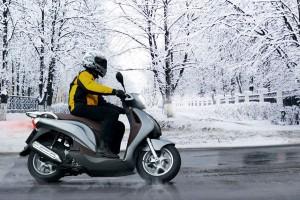 Mit der passenden Bereifung sind Roller-Piloten selbst bei winterlichen Straßenverhältnissen sicher unterwegs. Foto: djd/MotorradreifenDirekt.de