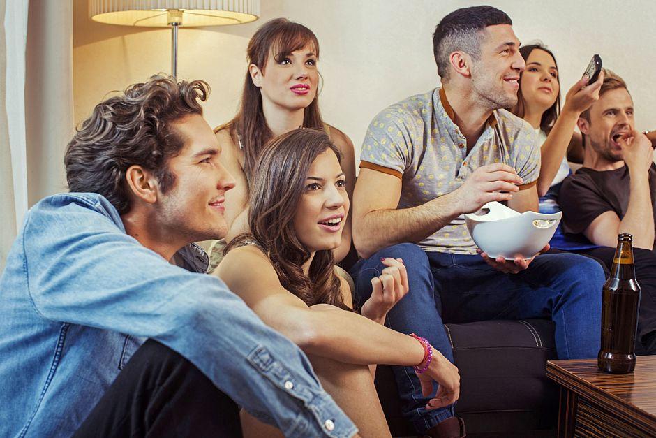 Ob Sport oder Spielfilm- und Serienhighlights: Fernsehen macht gemeinsam noch mehr Spaß - erst recht, wenn die Bildqualität überzeugt. Foto: djd/HD Plus/thx