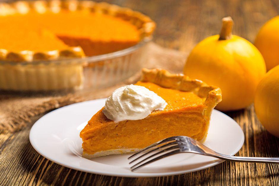 Pumpkin Pie oder Kürbiskuchen stammt aus England und wird dort bereits seit Beginn des 18. Jahrhunderts traditionell verzehrt. Foto: djd/Georg Thalhammer