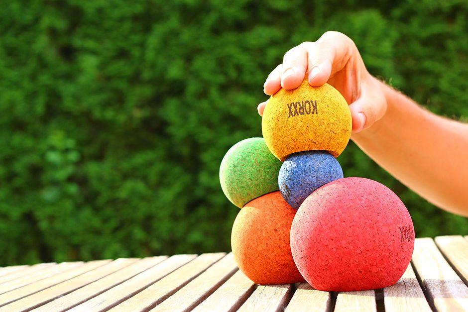 Mit diesen farbenfrohen Korkkugeln lässt sich auf spielerische Weise die Neugier und Feinmotorik kleiner Kinder fördern. Foto: djd/PLES GmbH