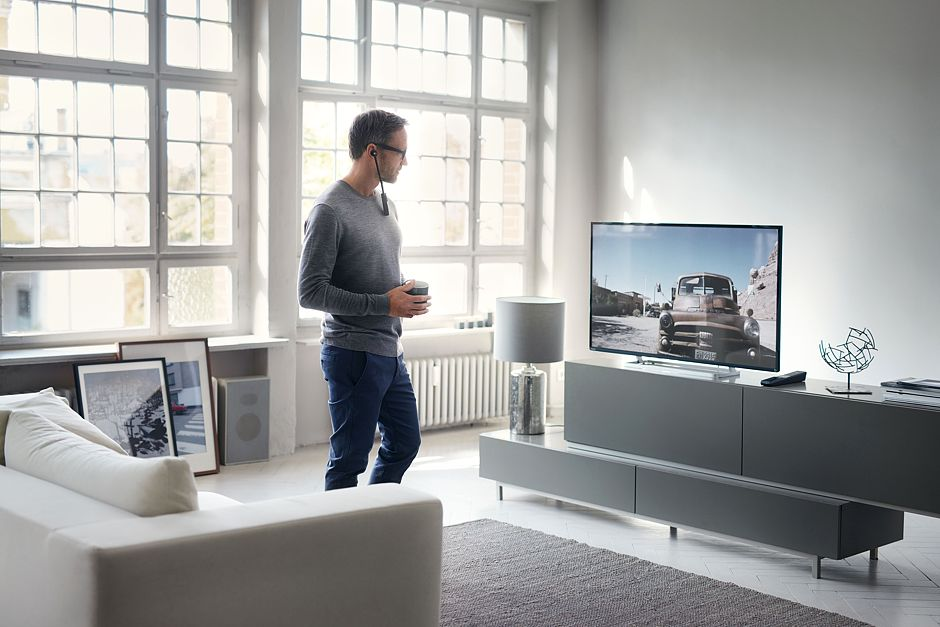 Moderne Funkkopfhörersysteme sorgen für einen klaren Sound und dank Drahtlos-Technologie für viel Bewegungsfreiheit beim Fernsehen. Foto: djd/Sennheiser