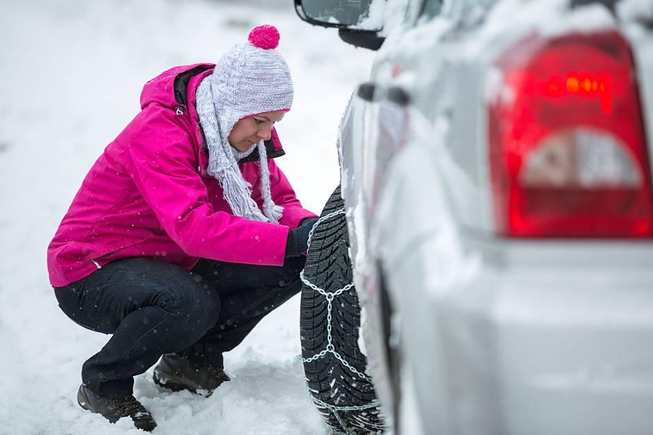 Nicht nur die Schneeketten, auch ein paar andere, sehr wichtige Dinge, sollte man gerade im Winter immer im Auto und zur Hand haben. Foto: dtd/thx