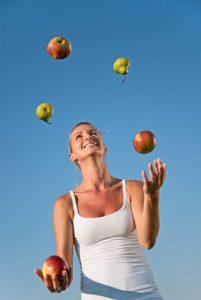 Eine gesunde Ernährung und regelmäßige Bewegung gehören zu den besten Vorbeugemaßnahmen gegen Krebs. Foto: djd/DKFZ/Arthur Braunstein - stock.adobe.com