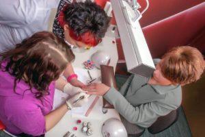 Geschulte Experten in professionellen Nagelstudios wissen, wie sie die natürlichen Nägel zum Glänzen bringen und zugleich schonen können. Foto: djd/Bio Sculpture Deutschland GmbH & Co. KG/Johannes Troffmann