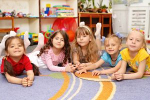 Während der Kindergartenzeit steckt sich der Nachwuchs häufig mit Infekten an. Foto: djd/Emil/andriy brazhnykov-fotolia